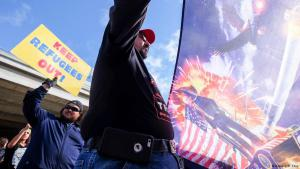 Pro-Trump demonstrators in favour of the immigration ban (photo: Reuters/Ringo Chiu)