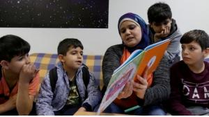 Amena Ragess reads stories in German and Arabic to children in a refugee home (photo: Jasmin Zikry)