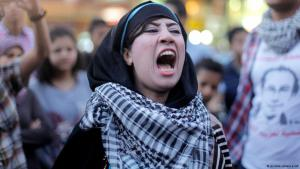 Protesters on Talaat Harb Sqaure in Cairo demonstrate against Abdul Fattah al-Sisi (photo: picture-alliance/AP)