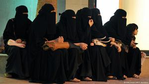 Saudi women waiting to be picked up by their drivers (photo: Getty Images/AFP/F. Nureldine)