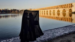 Iranian lovers under a chador in Isfahan (photo: Mehr)