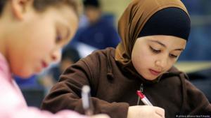 Headscarf-wearing schoolgirl (photo: picture-alliance/dpa/F. Heyder)
