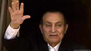 Ex-dictator Hosni Mubarak waves to supporters from his room in the military hospital in Maadi, Cairo (photo: AP/picture-alliance)