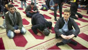 Constantin Schreiber (right) during his research into German mosques (photo: ARD)