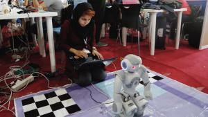 An Iranian student operating a robot during the International Iran Open Robocup 2016 (photo: picture-alliance/dpa)