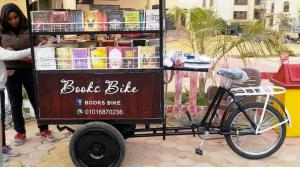 Hadeer Mansour and the books bike on a Cairo street (source: Facebook)