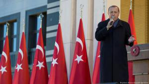 Turkish President Recep Tayyip Erdogan during a speech in front of the presidential palace in Ankara on 17 April 2017 (photo: picture-alliance/abaca/B. Ege Gurun)