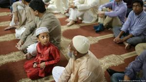 Muslims praying during Eid ul-Adha celebrations at the Al-Huda Islamic Centre in Athens (photo: picture-alliance/AP)
