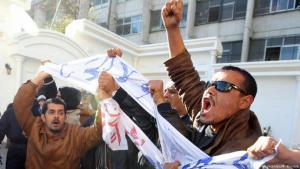 Unemployed men protest in front of the Ministry of Labour in Algiers (photo: dpa/picture-alliance)