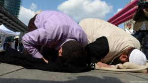Salafists praying on Potsdam Square in Berlin (photo: picture-alliance/dpa)