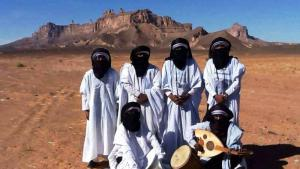 Members of Emran Tenere in front of Kahf al-Jnun – ′the djinns′ cave′ – near Ghat in the Libyan Sahara (photo: Emran Tenere)