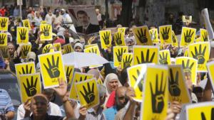 Supporters of the Muslim Brotherhood show the ″R4bia″ symbol as a sign of their solidarity with the destroyed Rabaa protest sit-in in August 2013 (photo: Wikipedia)