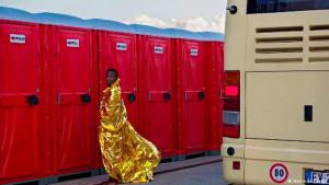 Refugees' daily lives: a picturesque moment is captured on camera. Photographer Herlinde Koelbl took this photo in Sicily, where thousands of refugees, many from Africa, had just been assisted after arriving. Some rested in makeshift initial reception centres, while others waited in buses. The media hubbub had already passed as this man headed to the toilet. Koelbl happened to be standing nearby and captured the image
