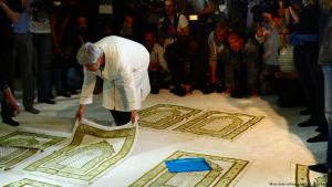 Seyran Ates, co-founder of Berlin's Ibn Rushd-Goethe Mosque, spreads out her prayer rug during the official opening on 16.06.2017 (photo: picture-alliance/dpa/M. Gambarini)
