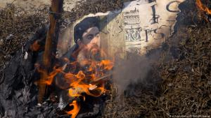 Shia Muslims in New Delhi burn image of IS leader Abu Bakr Al-Baghdadi in protest against the attacks on Iran's parliament, 09.06.2017 (photo: picture-alliance/AP Photo/M. Swarup)