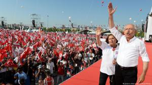 "Kemal Kiliçdaroğlu and his wife during a rally along the route of the ""Justice March"" (photo: picture-alliance/abaca)"