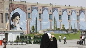Iranians walk past the Khomeini Mausoleum in Tehran (photo: picture-alliance)