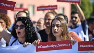 Cumhuriyet employees protest at the imprisonment of journalists on 24 July 2017 (photo: picture-alliance/dpa/L. Pitarakis)