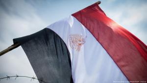 Egyptian national flag behind barbed wire close to the Court of Cassation in Cairo (photo: picture-alliance/dpa)