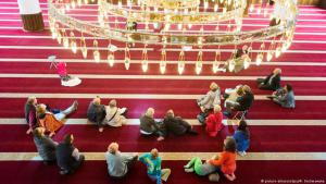 Visiting a mosque in Duisburg during National Mosque Open Day (photo: dpa)