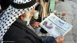 Palestinian reads the newspaper in Hebron in the West Bank (photo: picture-alliance)