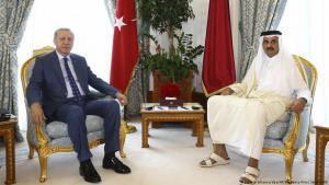 Turkish President Recep Tayyip Erdogan visiting the Emir of Qatar, Sheikh Tamin bin Hamad Al-Thani on 24.07.2017 in Doha (photo: picture-alliance/dpa/AP)