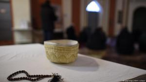 Symbolic image: Muslim prayer chain and prayer cap (photo: Getty Images/AFP)