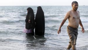 Veiled Iranian women at Babolsar on the Caspian Sea (photo: picture-alliance/dpa/M. UPI/Maryam Rahmanian)