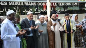 """Imams pray on the Champs Elysees in Paris as part of the trans-European """"Muslims Against Terror"""" march, July 2017 (photo: picture-alliance/dpa/S. Kunigkeit)"""