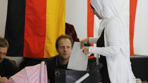 Muslim woman voting in Berlin during the last general election (photo: Rainer Jensen/dpa)