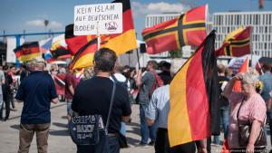 Right-wingers at Berlin′s main station demonstrate against Muslims and Angela Merkel (photo: picture-alliance/dpa)