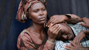 People grieve at a memorial held to commemorate the 20th anniversary of the Rwandan genocide, 07.04.2014 (photo: Getty Images)
