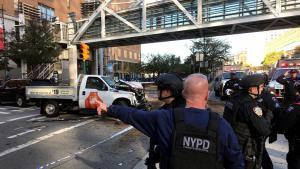 Polizeieinsatz in New York City nach einem islamistischen Terroranschlag: Ein NYPD-Officer sichert eine Fußgängerbrücke an der Stuyvesant High School; Foto: AP
