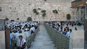 Segregation of men and women at the wailing wall in Jerusalem (photo: picture-alliance/dpa)