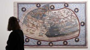 """A woman looks at a map at the exhibition """"Jews, Christians and Muslims: Scientific Discourse in the Middle Ages, 500–1500"""" (photo: dpa)"""