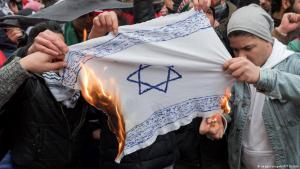 Demonstrators burn an Israeli flag in Berlin-Neukölln (photo: imago/snapshot)