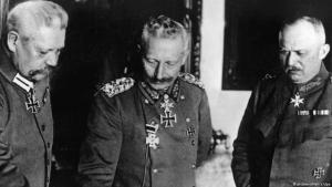 Kaiser Wilhelm II (centre) with Ludendorff and Hindenburg on 09.11.1918 (photo: picture-alliance/dpa)