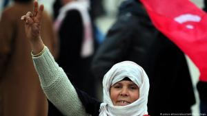 Tunisian woman protesting during the 2010/2011 Jasmine Revolution, Tunis (photo: picture-alliance/dpa)