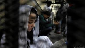 Aya Hijazi, founder of a non-governmental organisation that looks after street children, sits in a holding cell of a Cairo courthouse on charges of human trafficking, sexual exploitation of minors and using children in protests, 23.03.2017 (photo: Reuters/Mohamed Abd El Ghany)