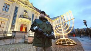 Ein Polizist bewacht mit einer Maschinenpistole das jüdische Museum in Berlin; Foto: picture-alliance/dpa