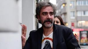 Deniz Yücel nach seiner Freilassung gemeinsam mit Ehefrau Dilek Mayatürk; Foto: Getty Images/AFP