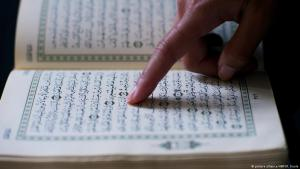 Muslim reads from the Koran (photo: picture-alliance/ANP/R. Koole)