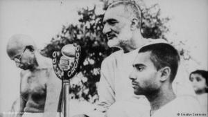 Khan Abdul Ghaffar Khan stands next to Mahatma Gandhi (source: Creative Commons)