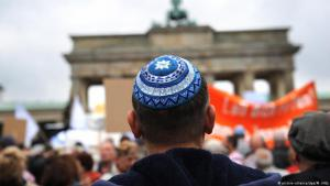 Man wearing a kippah takes part in an anti-Semitism demonstration in Berlin (photo: picture-alliance/dpa/M. Hitija)