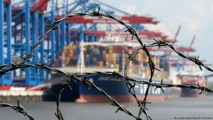 Barbed wire in front of the container terminal in the port of Hamburg, Germany (photo: picture-alliance/dpa)