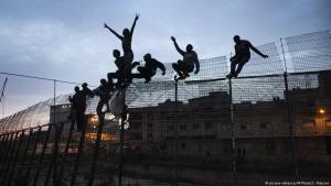 Refugees scale Melilla border fence (photo: picture-alliance/AP Photo/S. Palacios)