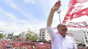 Muharrem Ince, seen as a strong contender to end president Recep Tayyip Erdogan's 16 year rule next month and presidential candidate of Turkey's main opposition Republican People's Party (CHP), waves to supporters in Menderes, Turkey on 27 May 2018 (photo: picture alliance/AP Photo/CHP/Z. Koseoglu)