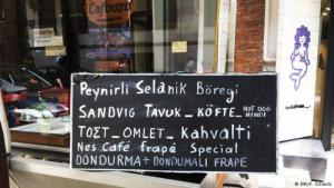 The food of Greece and Turkey is very similar. Nevertheless, bilingual signs are still a rarity (photo: DW/Florian Schmitz)