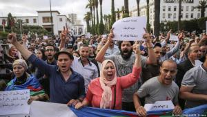 "Protesters take part in a march on 27 June 2018 denouncing heavy sentences against Hirak activists in Rabat, Morocco. Banner in Arabic reads ""Moroccan Justice. Life sentence for the (northern region of) of Rif. A noose for the country"" (photo: picture alliance/AP/M. Elshamy)"