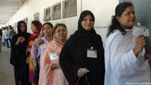 Pakistani women voters queuing to cast votes in municipal elections, Karachi, 6 October 2005 (photo: AP Photo/Shakil Adil)